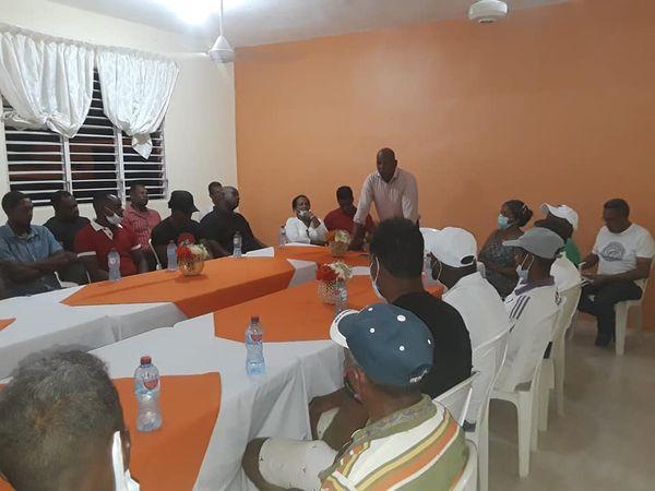 Alcalde de Sabana Yegua se reúne con maestros de la construcción